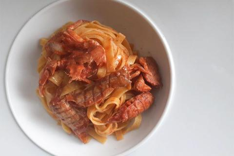 Tagliatelle all'uovo con sugo di granchio e curry
